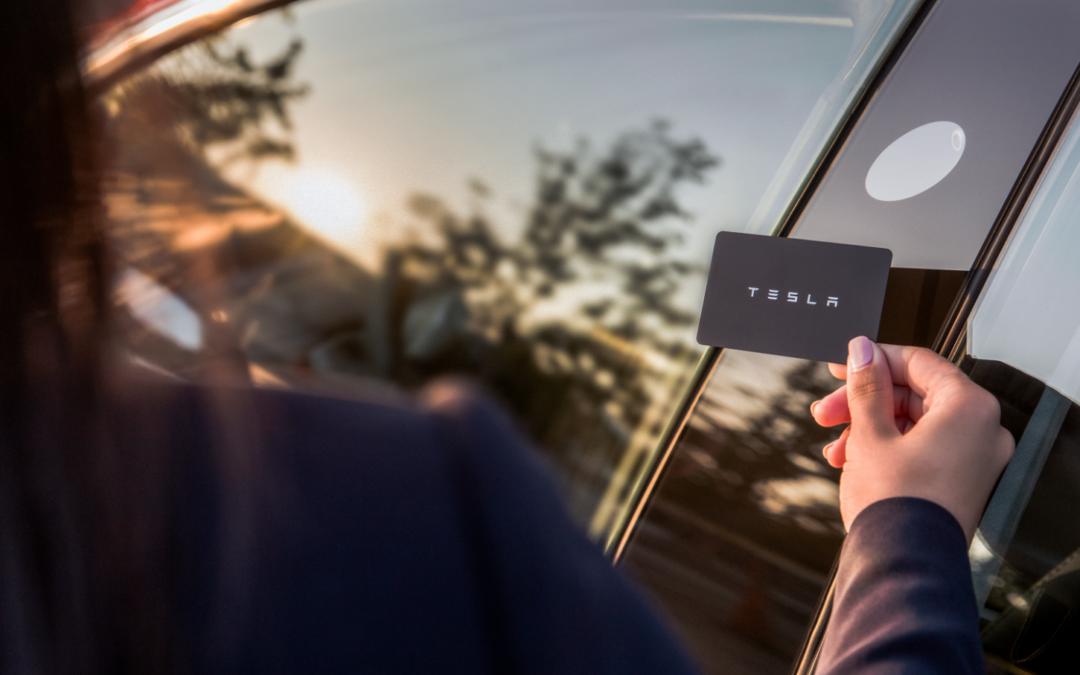 ¿Qué llave lleva el Model 3?. ¿Como se abre el coche con la app?. Tesla nos lo enseña
