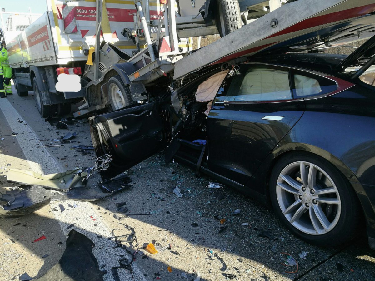 Conductor de Model S sale vivo en grave accidente con camión de alto tonelaje