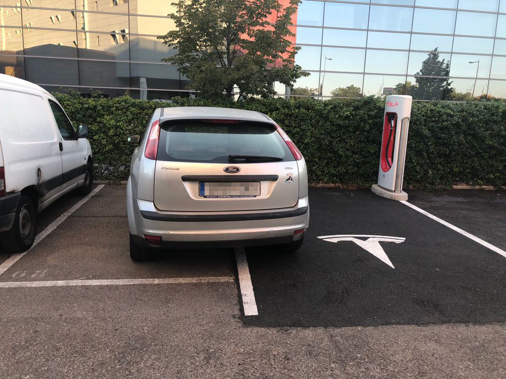 Aparcamiento indebido en el Supercharger de Madrid.