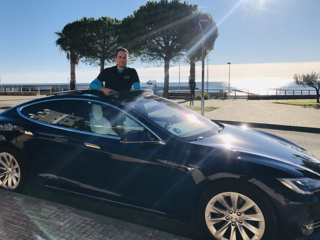 David Graña con su Tesla Model S 100D