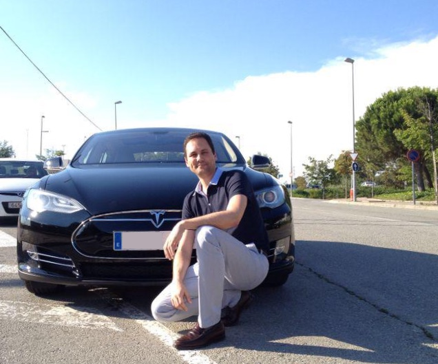 David Graña con su primer Tesla, Model S 85.