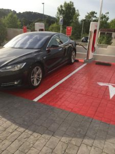 Tesla Model S 85 de David Graña supercargando en Girona.